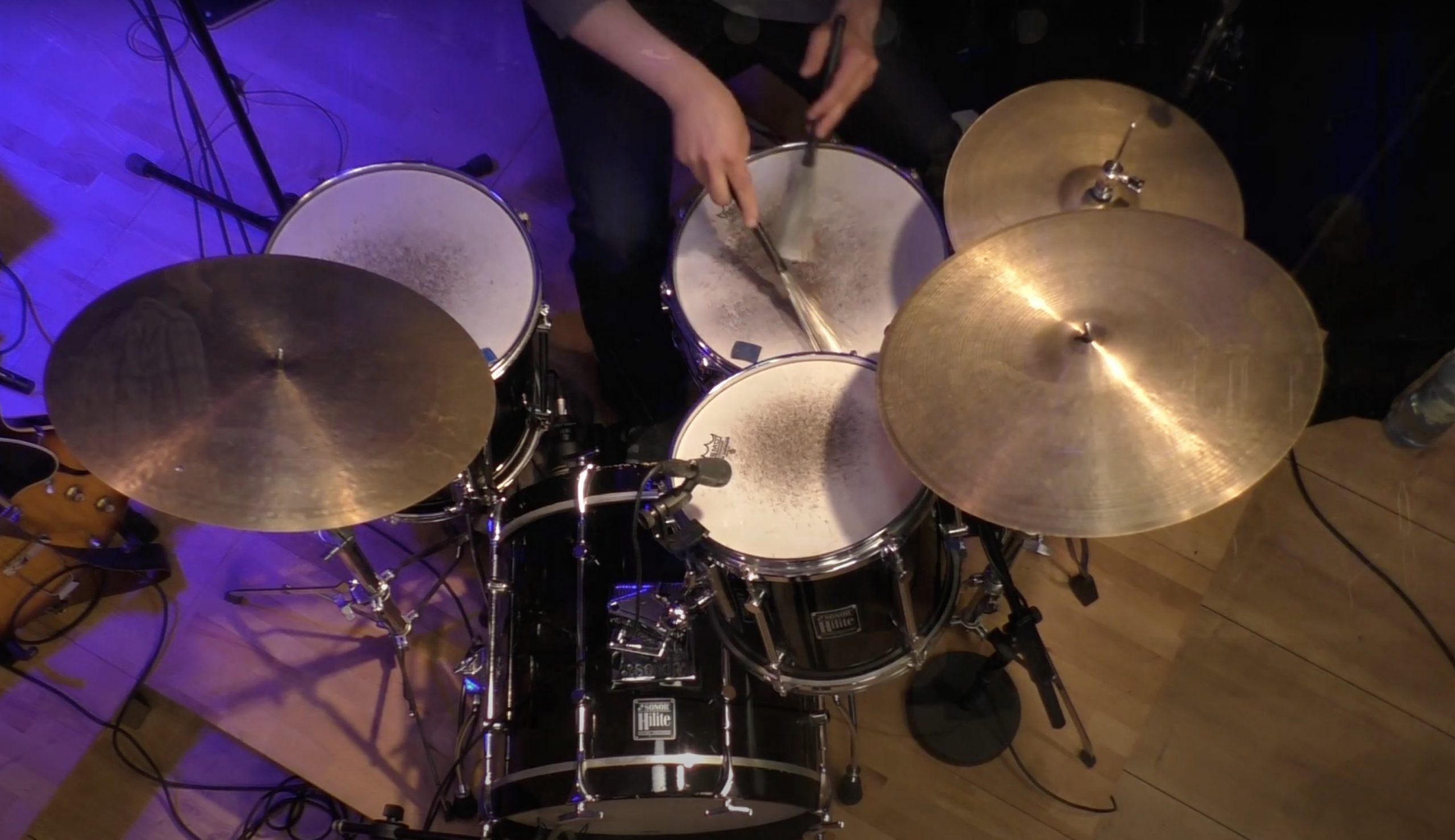Jazz Schlagzeug mit Besen von oben fotografiert